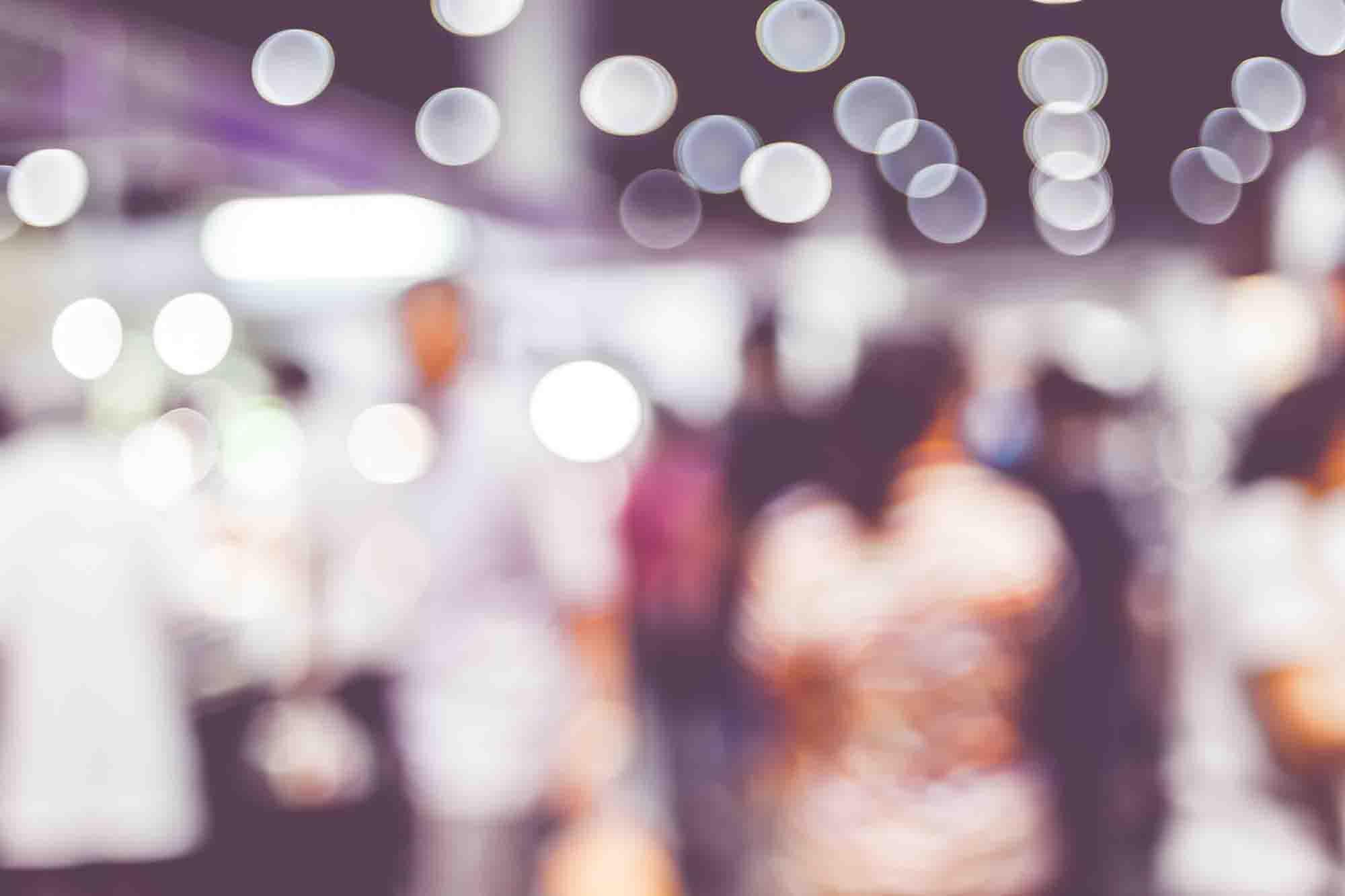 Un stand lumineux dans une foire expo